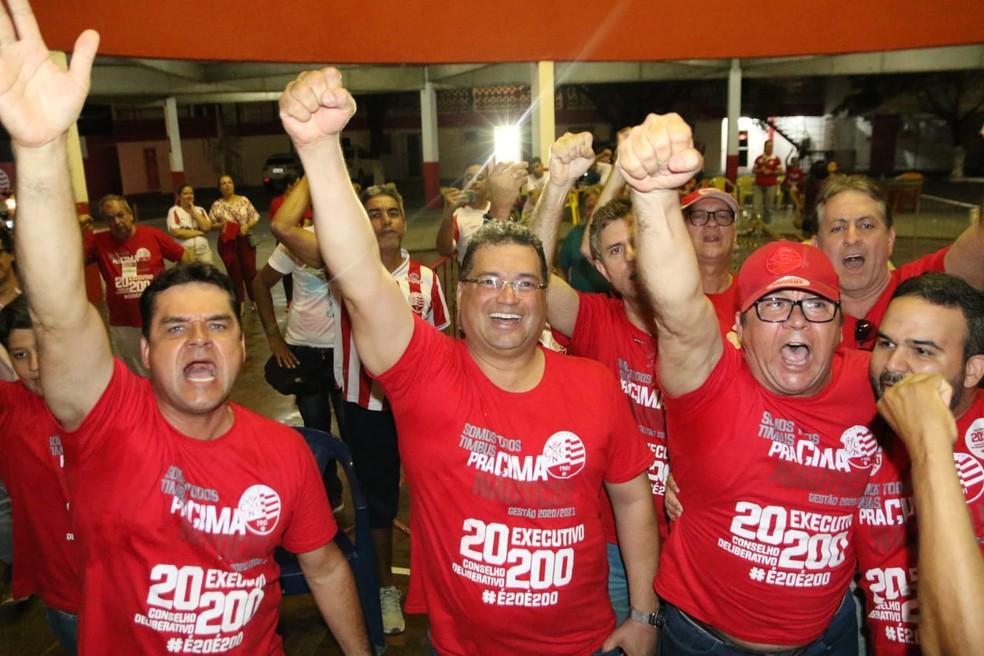Diógenes Braga (vice, à esquerda) e Edno Melo (presidente, no centro) vão para mais um biênio à frente do Náutico — Foto: Marlon Costa/ Pernambuco Press