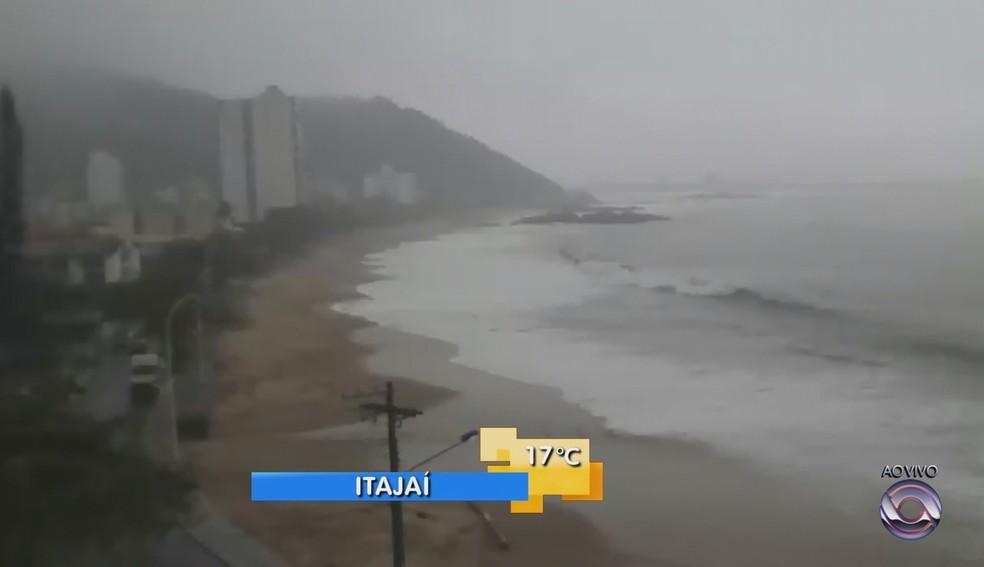 Alerta para ondas gigantes segue nesta sexta (Foto: Reprodução/RBS TV)