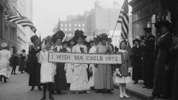 Em 1913, as mulheres já protestavam pelo direito de votar nos Estados Unidos; nessa época, eram frequentes os protestos também por melhores condições de trabalho  (Foto: Getty Images/via BBC News Brasil)