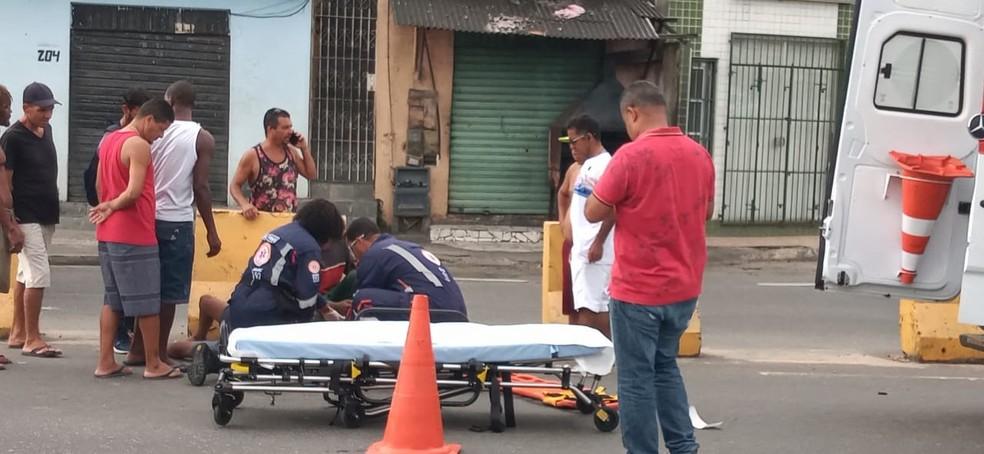 Informações preliminares apontam que o motociclista perdeu a direção e bateu no fundo do carro. Com o impacto, o motociclista caiu no chão e bateu em uma estrutura do local. — Foto: Cid Vaz / TV Bahia