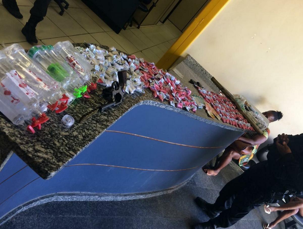 Suspeitos são detidos com cocaína, haxixe, loló e arma em Araruama, no RJ