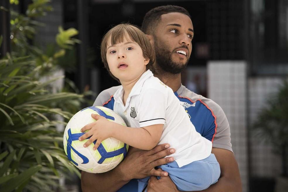 Jorge apresenta o CT Rei Pelé ao menino Guilherme — Foto: Ivan Storti/Santos FC