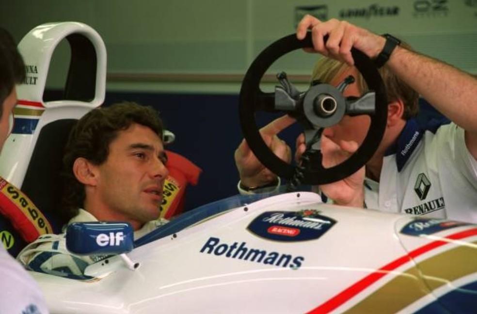 Ayrton Senna discute com David Brown detalhes do volante da Williams — Foto: Getty Images