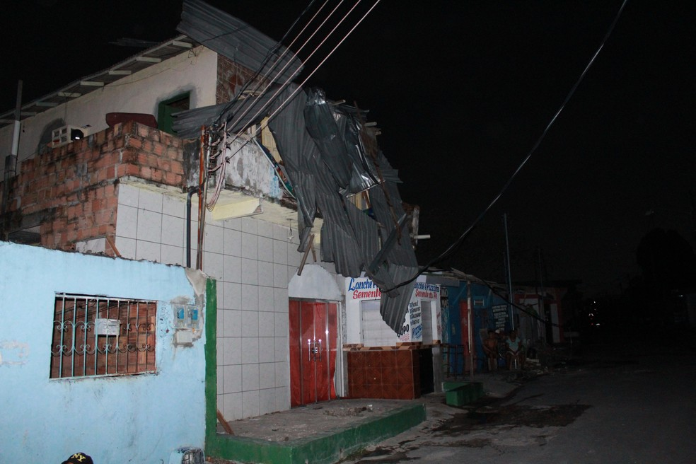 Telhado foi arrancado e caiu sobre uma outra casa — Foto: Rickardo Marques/G1 AM
