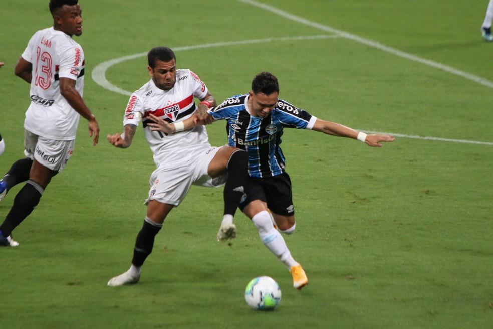 Daniel Alves e Pepê em Grêmio 1x2 São Paulo — Foto: Eduardo Moura