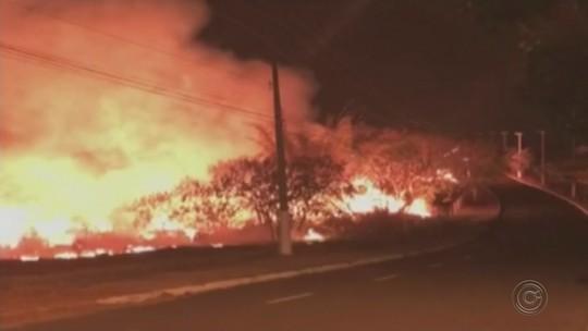 Bombeiros trabalham por duas horas para controlar queimada em área próxima a condomínio de Marília