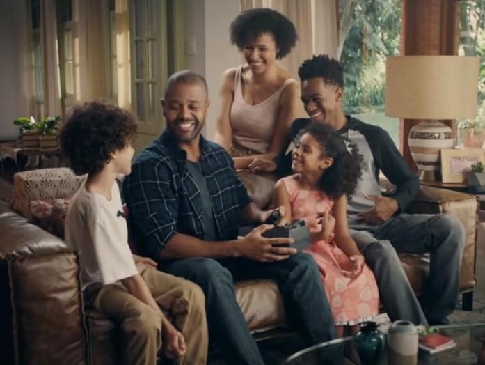 Atores negros formam uma família em comercial de perfume para o Dia dos Pais (Foto: Reprodução/Youtube)