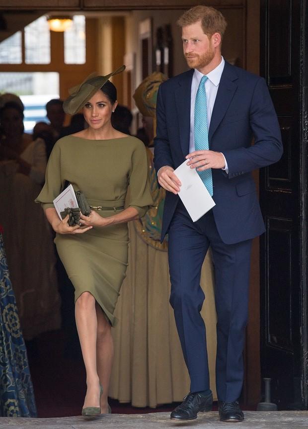 Príncipe Harry e Meghan Markle no batizado do príncipe Louis (Foto: Getty Images)