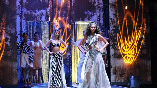 Barbara França e Aline Dias arrasam em desfile de 'Malhação'