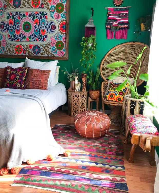 Neste quarto boho, florido salta do quadro para as almofadas e é repetido na banqueta. (Foto: Apartment Therapy/ Reprodução)