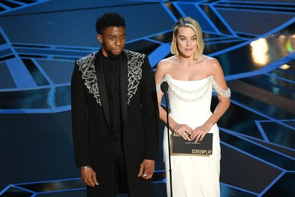 Margot Robbie apresenta um dos prêmios ao lado do ator Chadwick Boseman (Foto: Getty Images)