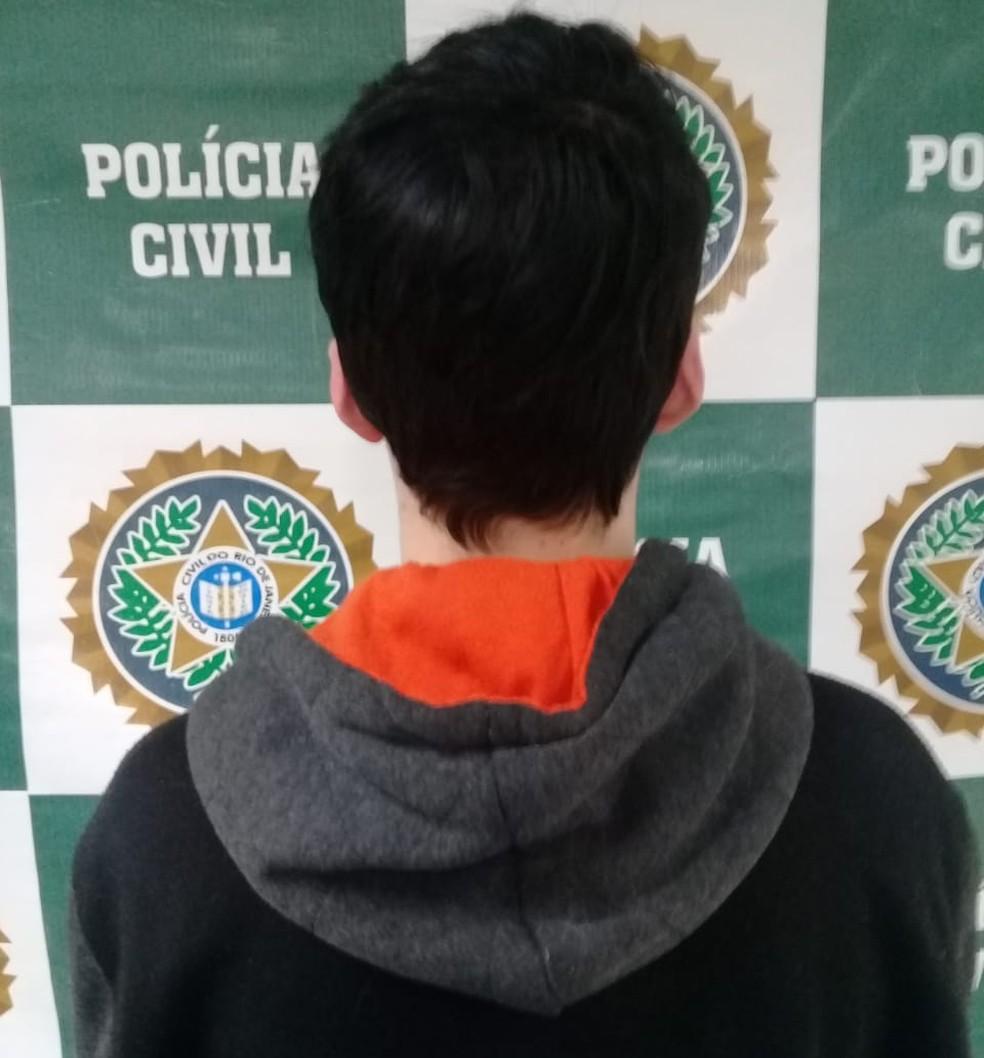 Jovem de 22 anos foi preso no bairro Olaria em Nova Friburgo, no RJ (Foto: Divulgação/Polícia Civil)