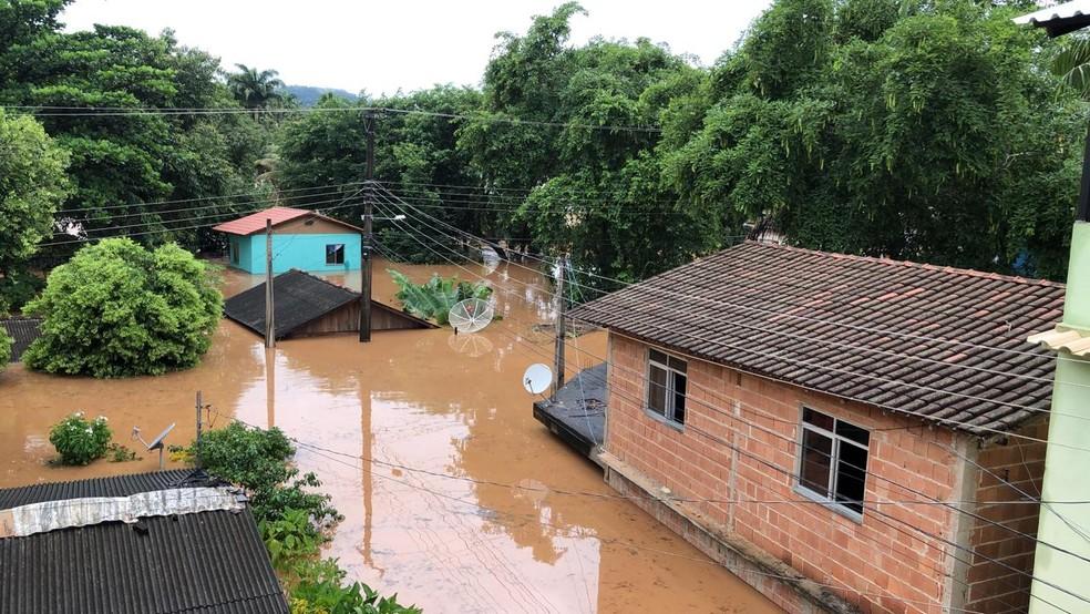 No distrito de Conduru, em Cachoeiro de Itapemirim, famílias estão ilhadas dentro de casa — Foto: Gustavo Ribeiro / TV Gazeta