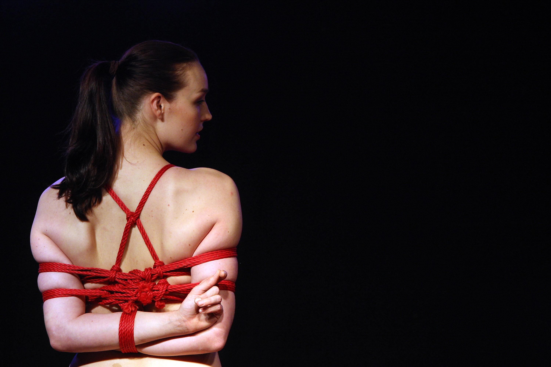 Uma mulher praticante de bondage em um evento destinado a fãs da técnica (Foto: Getty Images)