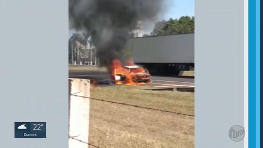Incêndio destrói carro na Rodovia Anhanguera em São Joaquim da Barra, SP