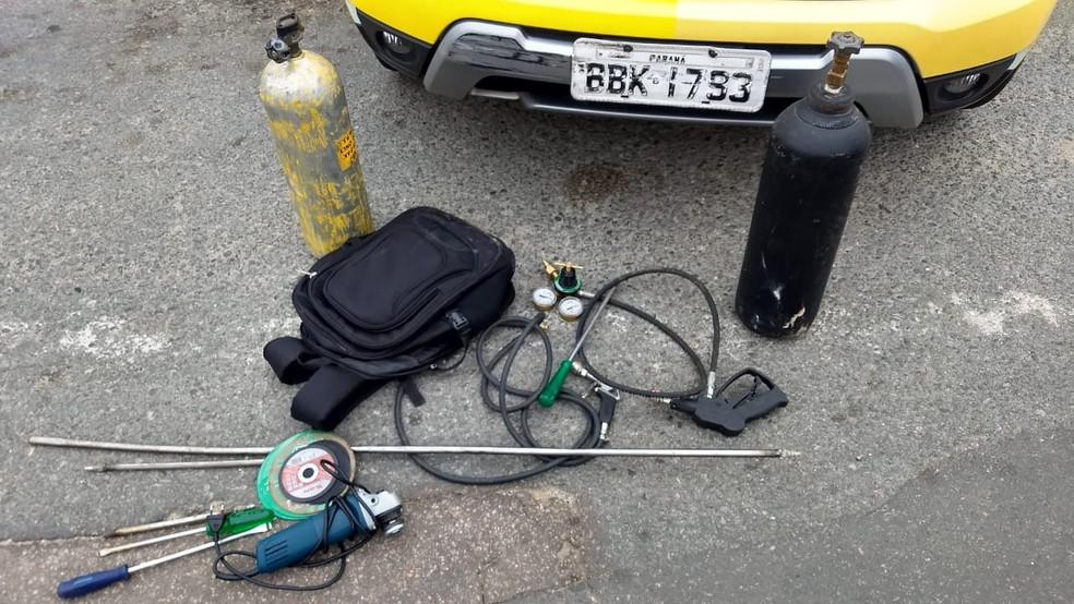 Suspeitos usaram maçarico para tentar arrombar o caixa eletrônico — Foto: Victor Hugo Bittencourt/RPC