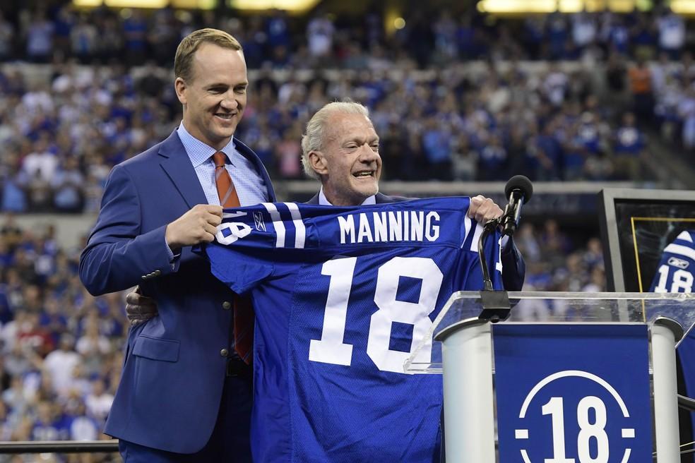 Peyton Manning é homenageado na partida dos Colts (Foto: Reuters)