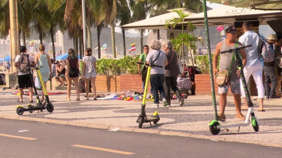 Patinetes elétricos na orla de Copacabana — Foto: Reprodução/TV Globo