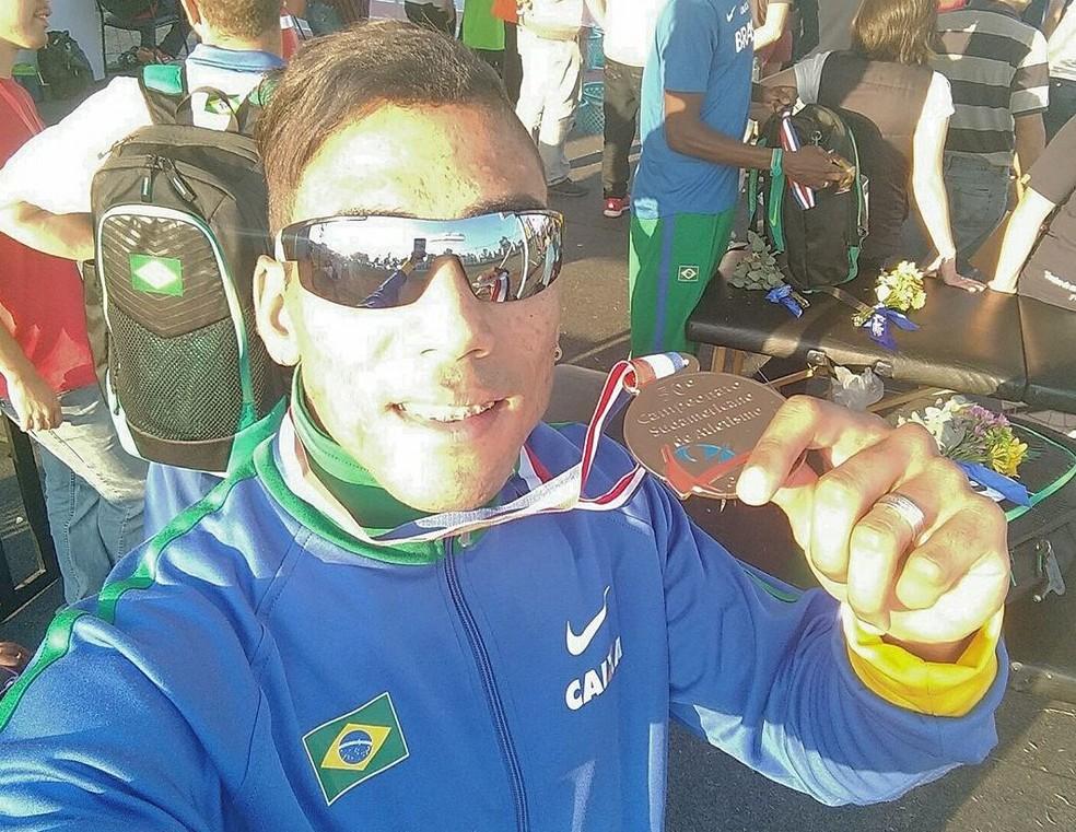 Flávio Gustavo Barbosa exibe a medalha de ouro conquistada no Sul-Americano do Paraguai (Foto: Divulgação)