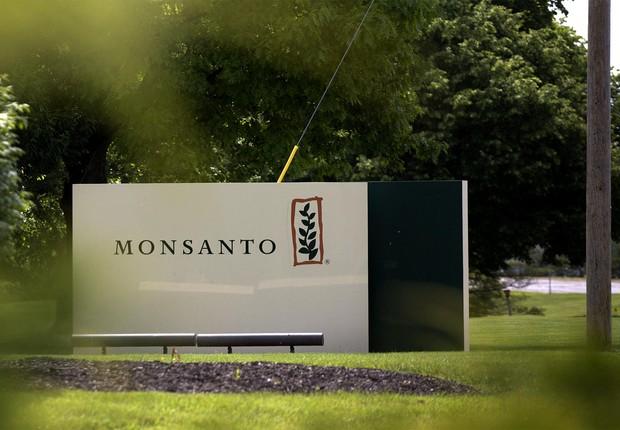 Logo da Monsanto diante da sede da empresa nos Estados Unidos (Foto: Reprodução/Facebook)