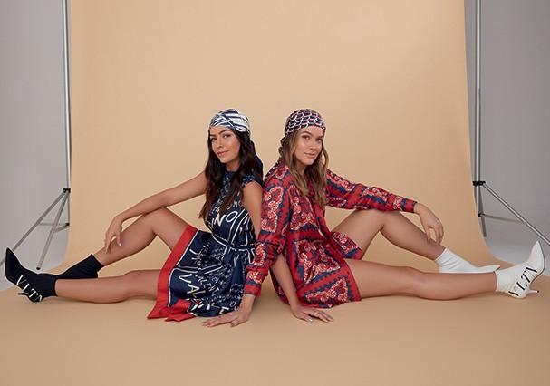 Luciana e Marcella usam vestido, chemise, lenços e botas, tudo Valentino. Brincos, Swarovski; anéis, Pandora (Foto: Cassia Tabatini)