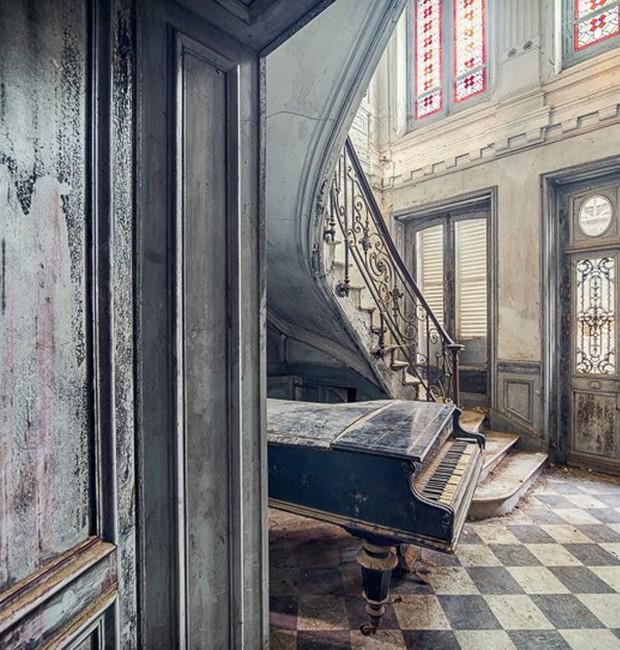 Piano e escadaria em um castelo deixado para trás na França (Foto: Michael Schaw/ Reprodução)