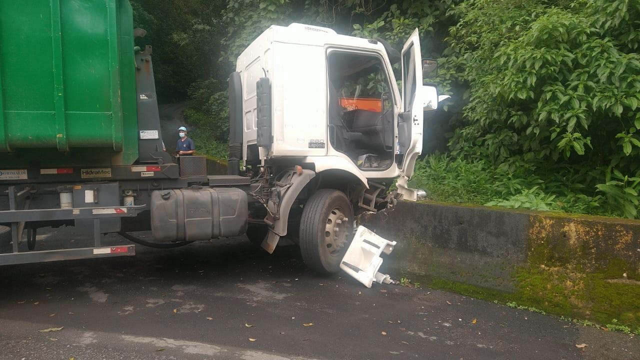 Acidente entre duas carretas e um carro causa lentidão na Via Anchieta