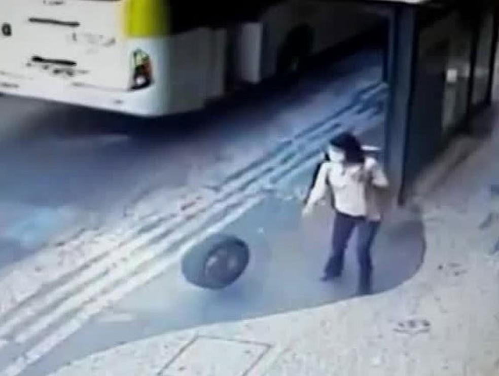 Mulher desvia de pneu que invade a calçada após sair de carro em movimento na Rua Barata Ribeiro, em Copacabana, Zona Sul do Rio — Foto: Reprodução