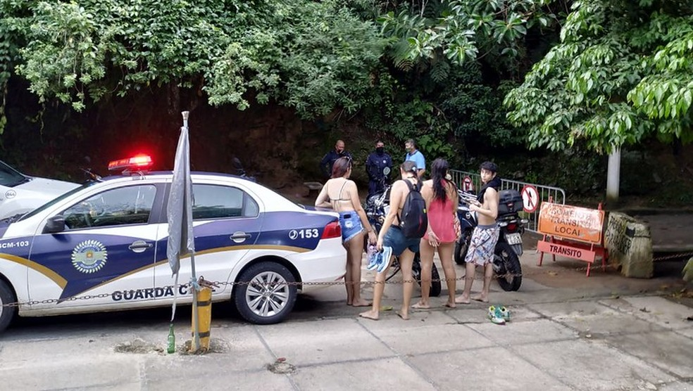 Praias da cidade estão com acesso proibido para conter Covid-19, mas banhistas foram flagrados aglomerados — Foto: Divulgação/Prefeitura de Guarujá