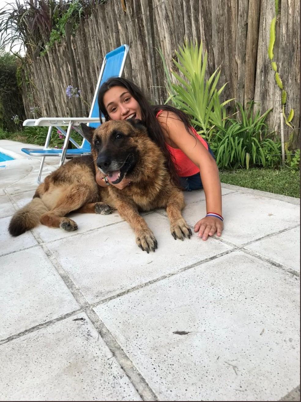Laru Sanson, antes de ser mordida por um cachorro na casa de um amigo — Foto: Reprodução/Twitter