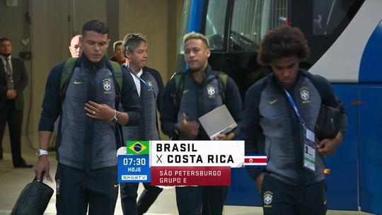 Em alto e bom som: Neymar carrega caixa de som na chegada ao estádio