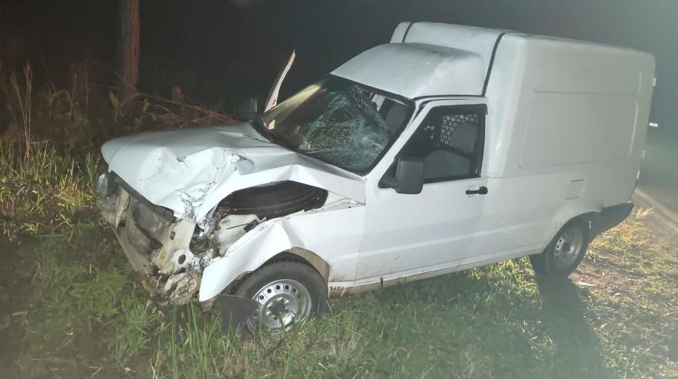 Batida entre furgão e moto foi registrada em curva — Foto: PRE/Divulgação