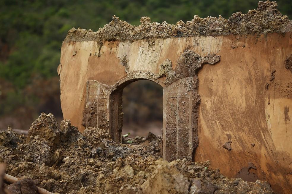 A janela de uma casa de Bento Rodrigues, no interior de Minas Gerais, é vista após o rompimento de barragens de rejeitos da mineradora Samarco, cujos donos são a Vale e a anglo-australiana BHP, na quinta-feira (5) (Foto: Ricardo Moraes/Reuters)