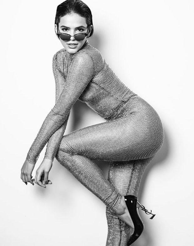 Bruna com o it shoe em shooting para a Harpers Bazaar (Foto: Divulgação)