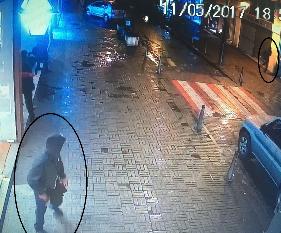Imagens das câmeras de segurança de uma loja da Rua 16 de Março mostram o momento em que os suspeitos fugiram (Foto: Polícia Civil | Divulgação)