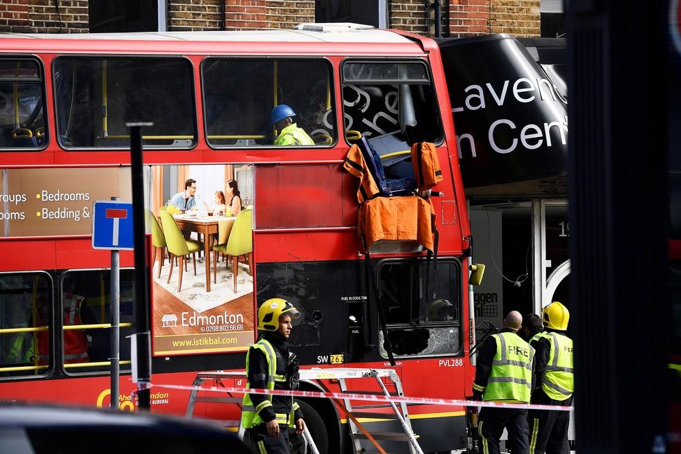 Serviço de emergência socorrem vítimas em Lavender Hill, em Londres, nesta quinta-feira (10)  (Foto: Dylan Martinez/ Reuters)