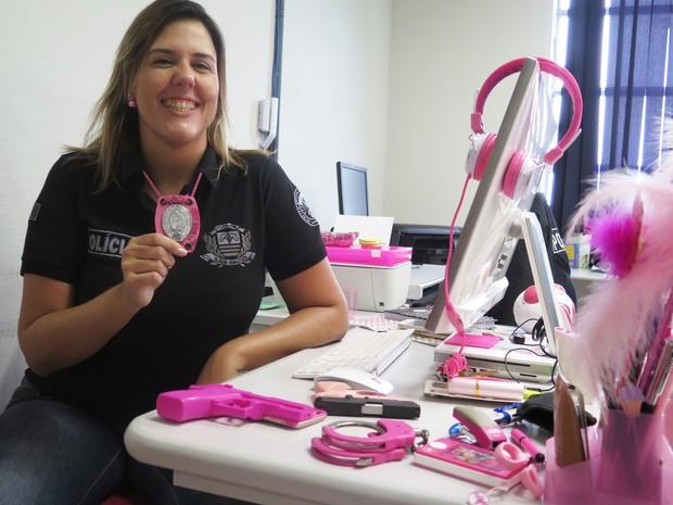 Delegada tem todos os objetos de trabalho na cor rosa (Foto: Mariane Rossi/G1)