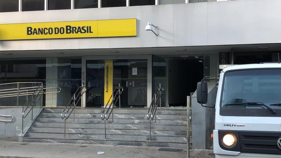 Agência Banco do Brasil em Uberaba atingida por tiros durante ação de criminosos — Foto: Bruno Sousa/G1