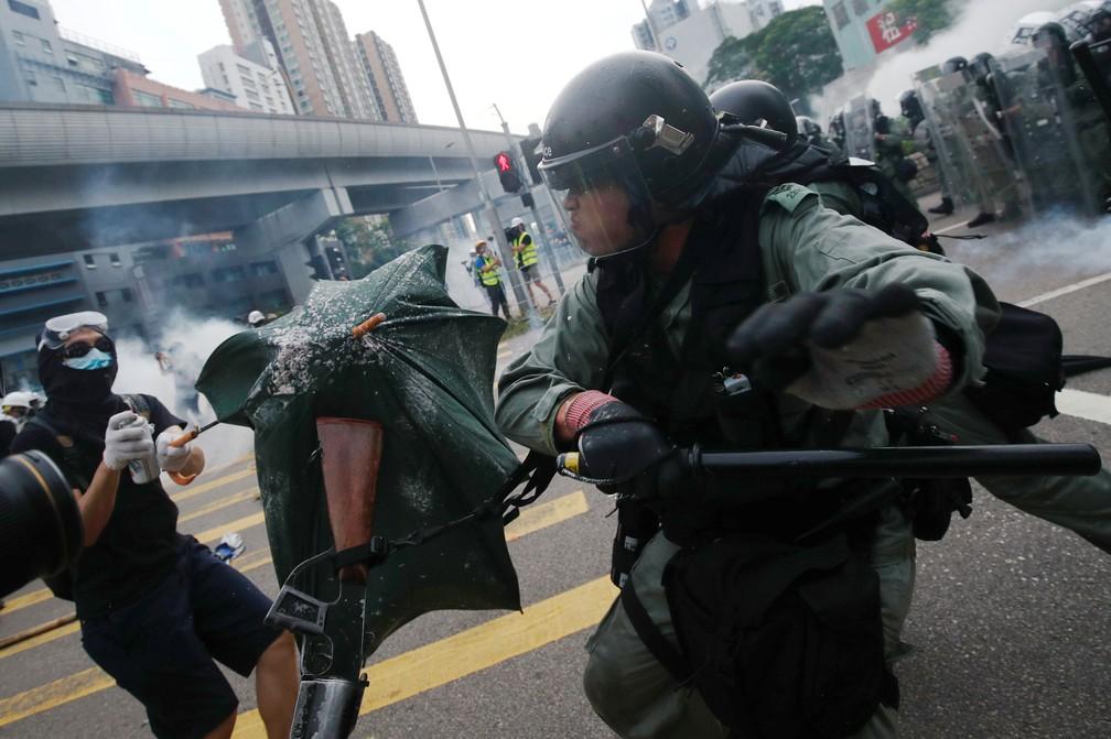 Policiais avançam contra manifestantes em Yuen Long — Foto: Edgar Su/Reuters