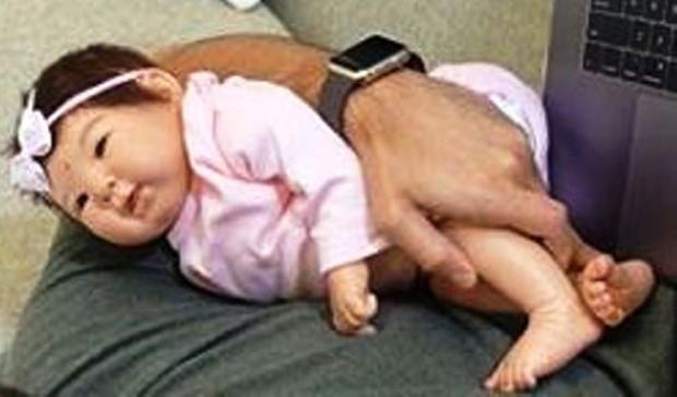 Boneca superealista que Duda Nagle comprou para treinar paternidade (Foto: Reprodução/Instagram)