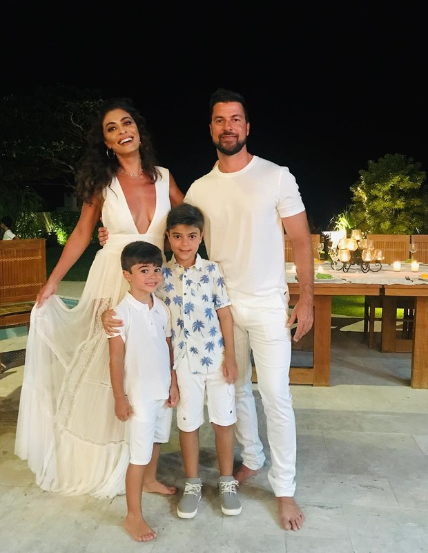 Juliana Paes e marido com filhos  (Foto: Reprodução)