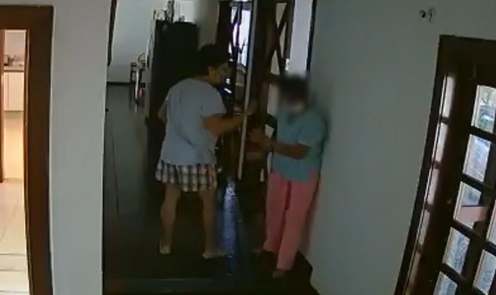 Embaixadora das Filipinas, Marichu Mauro, durante agressão à funcionária dentro da residência da embaixada, em imagem registrada pelo circuito interno de televisão em 19 de outubro — Foto: TV Globo/Reprodução