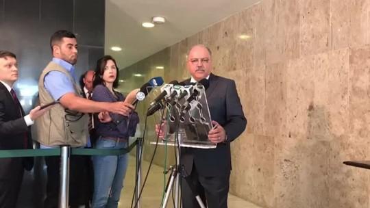 Fechar fronteira é 'impensável porque é ilegal', afirma ministro