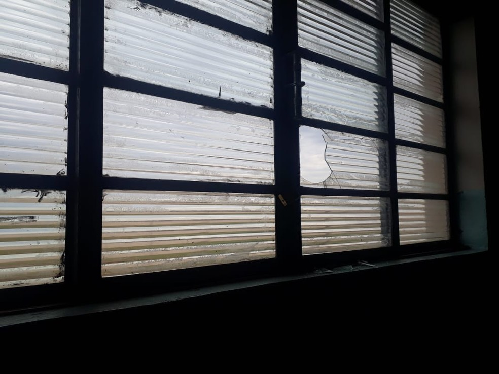 Vidraças foram quebradas durante o ataque de vândalos ao posot de saúde — Foto: Prefeitura de São Manuel/Divulgação