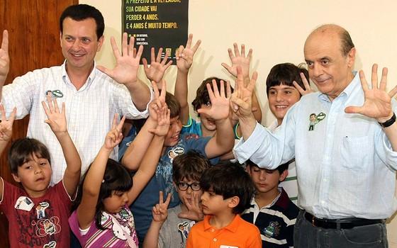 Kassab com Serra, em campanha pela prefeitura de São Paulo; líder do PSD nasceu da costela do líder tucano, à época prefeito da cidade (Foto: RODRIGO PAIVA/REUTERS)