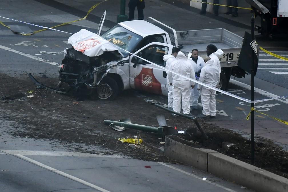 Investigadores inspecionam caminhão que atropelou ciclistas (Foto: Don Emmert / AFP Photo)