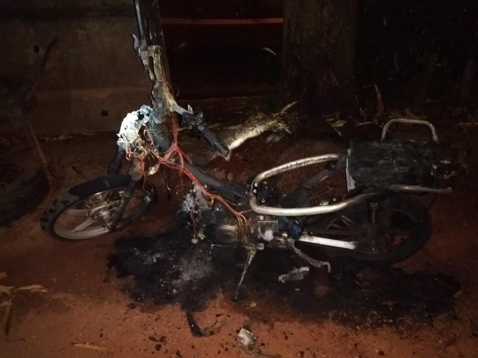 Motocicleta da vítima foi incendiada e destruída pelo ex-marido (Foto: Polícia Militar de MT)