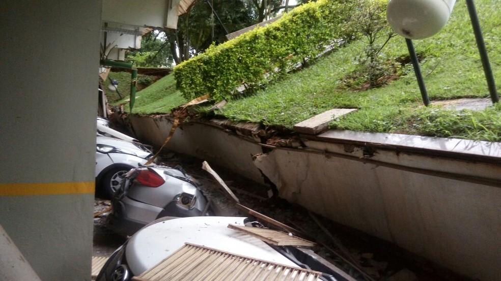 Carros esmagados em garagem de prédio residencial no DF (Foto: Defesa Civil/Divulgação )