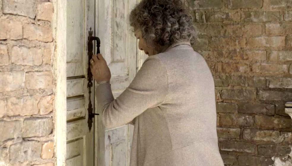 Margot tenta entrar na casa — Foto: TV Globo