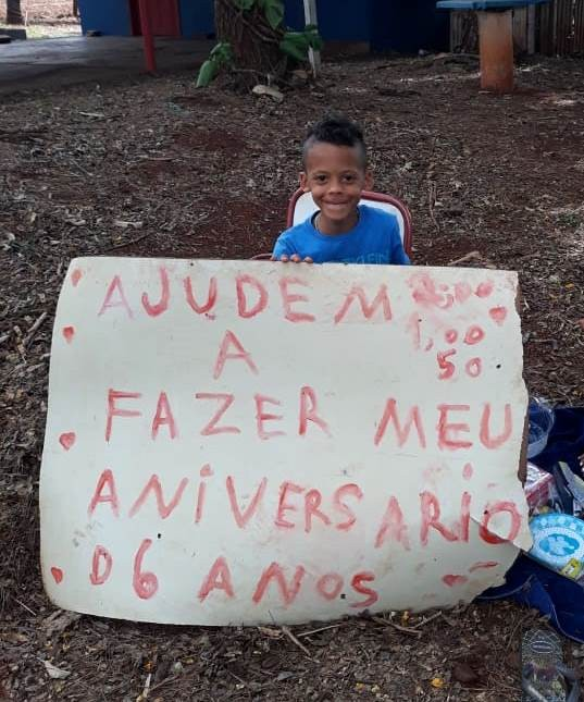 Com pais desempregados, menino faz cartaz pedindo ajuda para festa de aniversário de seis anos no Paraná